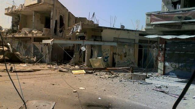 Maisons bombardées par les forces syriennes près de Homs. Le régime syrien a accepté le plan de paix en six points de Kofi Annan, qui a d'ores et déjà reçu l'aval du Conseil de sécurité /Photo prise le 24 mars 2012/REUTERS/Shaam News Network