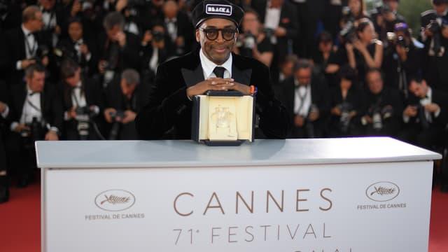 Le réalisateur Spike Lee pose avec son prix après avoir été récompensé pour BlacKkKlansman lors de la 71e édition du festival de Cannes, le 19 mai 2018.