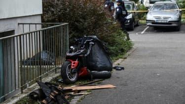 L'épave d'un scooter près d'un immeuble incendié à Mulhouse le 2 octobre 2017