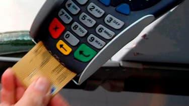 Au moins deux établissements bancaires imposent les cartes double option à leurs clients.