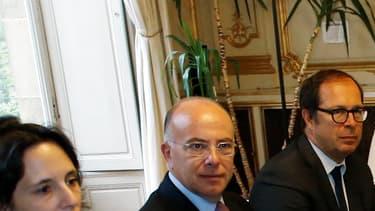 Le président de la Fondation pour l'islam de France Jean-Pierre Chevènement, le recteur de la Grande mosquée de Paris Dalil Boubakeur, le président du CFCM Anouar Kbibech, face au ministre de l'Intérieur Bernard Cazeneuve, le 29 août 2016.