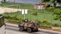 Un blindé transportant des soldats français patrouille dans Abidjan. Les militaires français de la force Licorne ont renforcé jeudi leur dispositif de surveillance dans la capitale économique de la Côte d'Ivoire, où certains quartiers voient opérer des gr