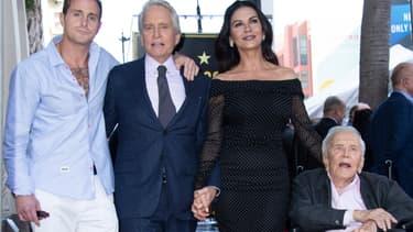 Michael Douglas entouré de son fils, de sa femme Catherine Zeta-Jones et de son père Kirk Douglas pour l'inauguration de son étoile sur Hollywood Boulevard