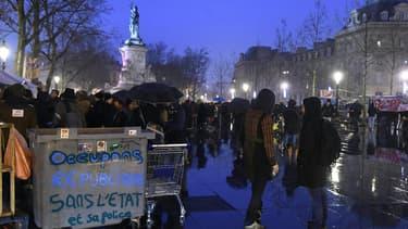 Étudiants, travailleurs et précaires mobilisés place de la République à Paris.