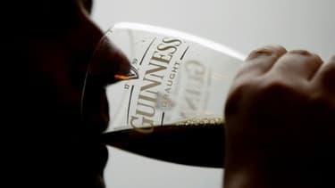 Un homme boit une bière dans un pub londonien, le 1er octobre 2003