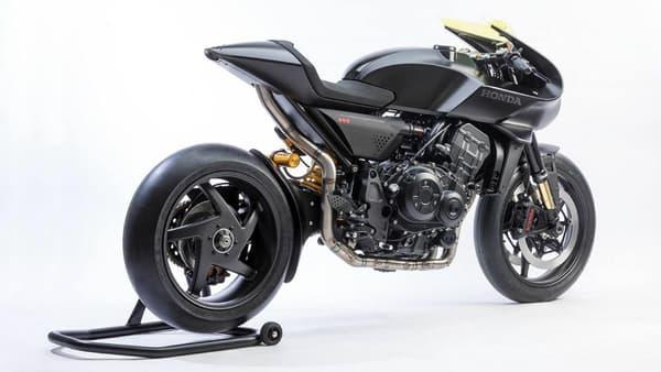Cette moto dispose d'un écran tactile sur le réservoir, qui comprend notamment une fonction appel d'urgence.
