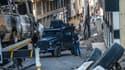 Un policier monte la garde dans une rue d'Ankara, jonchée par des véhicules détruits.