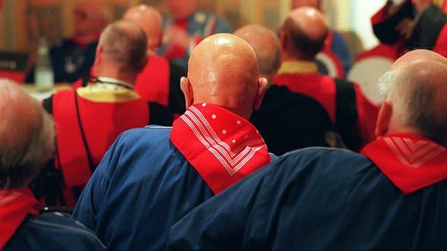 Des membres de l'Association Internationale des Chauves réunis à Fontainebleau.