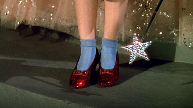 """Les fameux souliers rouges de Dorothy, héroïne du film """"Le Magicien d'Oz"""""""