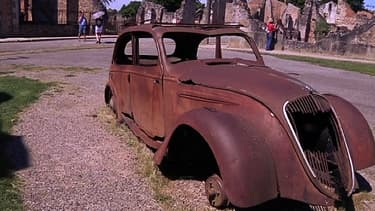 Carcasse d'une voiture calcinée dans les ruines du village martyr d'Oradour-sur-Glane, en Haute-Vienne, ce lundi.