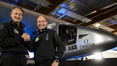 Bertrand Piccard et André Borschberg devant le Solar Impulse 2, le 9 avril 2014.