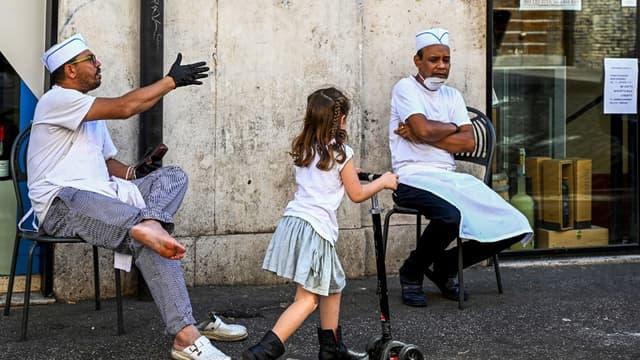 Une enfant jouant à la trottinette à Rome le 6 mai 2020