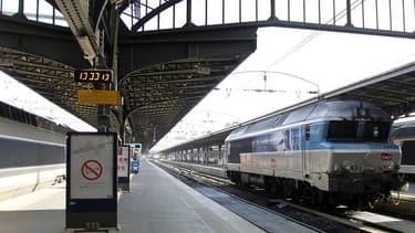 Quatre syndicats de cheminots ont déposé un préavis de grève pour le 13 juin afin d'appuyer leurs revendications, à la veille d'une communication en Conseil des ministres sur le projet de réforme du système ferroviaire. /Photo d'archives/REUTERS/Charles P