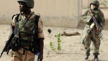 Des soldats patrouillent à la recherche de membres du groupe islamiste Boko Haram au nord de l'Etat de Borno, au Nigeria, le 5 juin 2013.