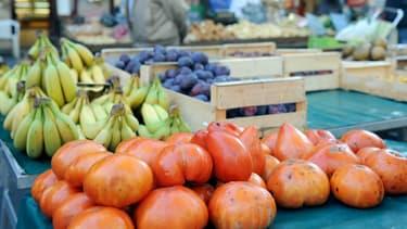Vente de fruits et légumes bio sur un marché (image d'illustration).