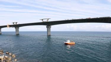 La route inclut un viaduc en mer long de 5400 mètres, le plus long de France, qui longe le littoral, reliant Saint-Denis (chef-lieu de La Réunion) à La Grande Chaloupe.