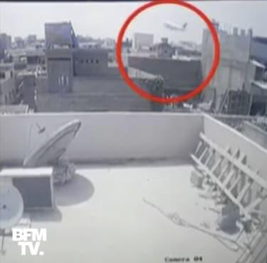 Crash à Karachi: une caméra de vidéosurveillance filme la chute de l'avion en pleine ville