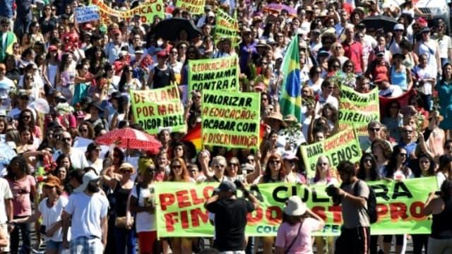 Des gens manifestent à Brasilia le 29 mai 2016 contre les violences faites aux femmes après le viol collectif d'une adolescente à Rio