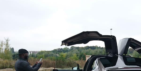 Lors d'un arrêt en plein test, le Model X ne laisse pas indifférent!