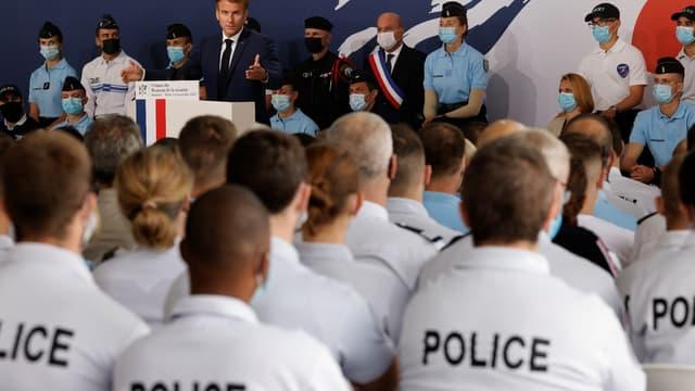 Emmanuel Macron face à des policiers à Roubaix, le 14 septembre 2021