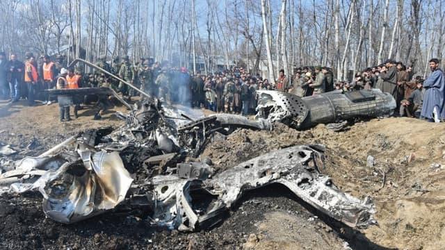 Les soldats pakistanais autour de l'épave d'un avion indien abattu le mercredi 27 février 2019. - TAUSEEF MUSTAFA / AFP