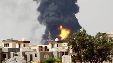 Un dépôt de stockage d'hydrocarbures, touché par des roquettes, a pris feu lundi à Tripoli