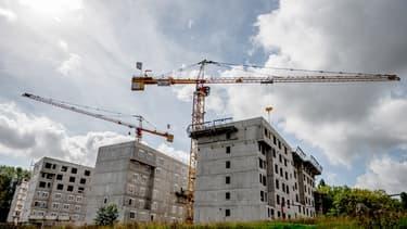 Pour la première fois depuis neuf mois, le nombre de permis de construire accordés pour des logements neufs est repassé dans le vert au deuxième trimestre, selon les derniers chiffres publiés mardi 28 juillet par le ministère du Logement.