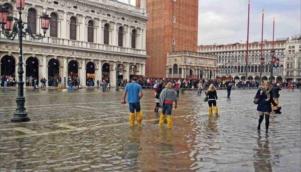 """L'acqua alta (""""hautes eaux"""") sur la place Saint-Marc à Venise, le 15 octobre 2012. Des passerelles sont installées aux endroits les plus passants pour permettre aux piétons de garder les pieds au sec."""