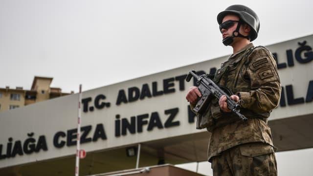 Soldat turc en faction devant la prison Adalet dans la région d'Izmir, en Turquie