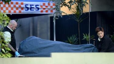 Une victime de la prise d'otage de Melbourne (Australie) est évacuée le 6 juin 2017