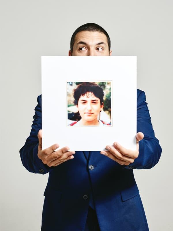 """Le trompettiste Ibrahim Maalouf tenant son album """"40 Melodies""""."""