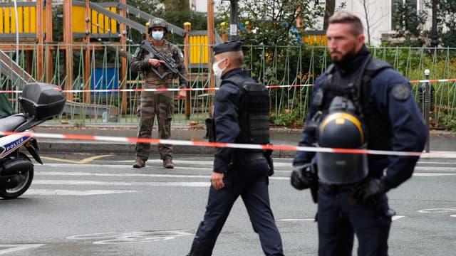 Des policiers à Paris, après l'attaque devant les anciens locaux de Charlie Hebdo, le 25 septembre (PHOTO D'ILLUSTRATION).