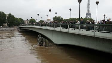 Plusieurs fois repoussé, le pic de la crue de la Seine devrait être atteint dans la nuit de vendredi à samedi.