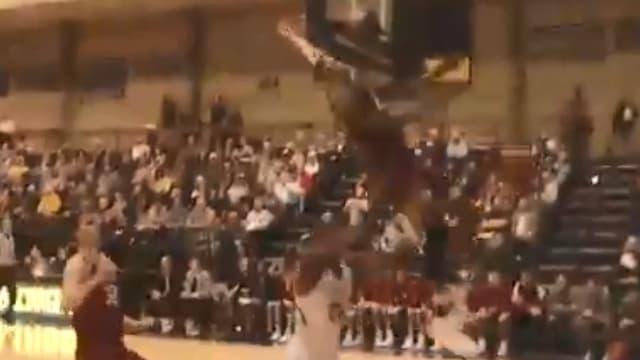 Un basketteur se prend la planche