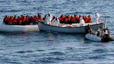 Des membres de la marine italienne viennent en aide à des migrants au large de la Méditerranée, le 27 mai 2016