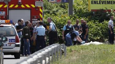 Des agents de la police scientifique travaillent sur le site où a été retrouvé, incendié, l'hélicoptère utilisé dans l'évasion de Rédoine Faïd le 1er juillet 2018.