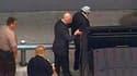 Manuel Noriega (à droite) conduit à l'aéroport de Miami, où il a embarqué à bord d'un vol Air France à destination de Paris. L'ancien dirigeant panaméen Manuel Noriega, extradé depuis les Etats-Unis, est arrivé en France pour être présenté à la justice qu