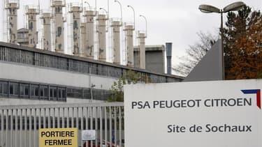 L'usine PSA Peugeot-Citroën de Sochaux (Doubs) mettrait à profit la période de Noël pour arrêter sa production durant dix-neuf jours, du 20 décembre au 8 janvier, afin de dégonfler ses stocks. /Photo d'archives/REUTERS/Vincent Kessler