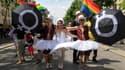 Des dizaines de milliers de personnes ont participé samedi à Paris à la Marche des fiertés pour fêter la loi Taubira sur le mariage pour tous adoptée il y a deux mois et mettre en avant les combats à venir. /Photo prise le 29 juin 2013/REUTERS/Gonzalo Fue