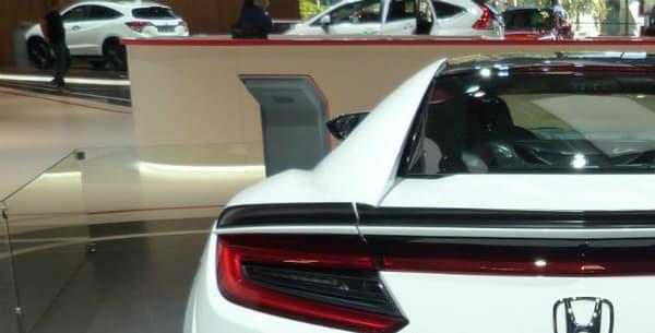 Le V6 biturbo 3,5 litres à double suralimentation développe au total 807 chevaux, avec en plus trois moteurs électriques, qui font pleinement partie de l'expérience de conduite.