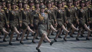 Les soldats de l'armée populaire coréenne  marchent à travers la place Kim Il-Sung lors d'un défilé militaire marquant le 105e anniversaire de la naissance du dernier dirigeant nord-coréen Kim Il-Sung, à Pyongyang le 15 avril 2017