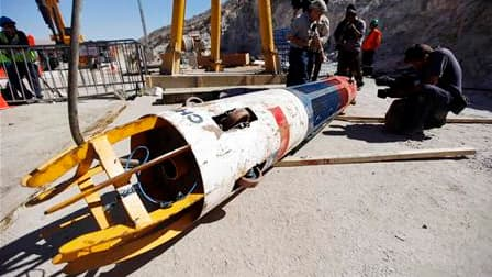 """La nacelle """"Phénix"""", qui a permis la remontée à la surface sains et saufs des 33 mineurs chiliens bloqués pendant 69 jours à plus de 600 m sous le désert de l'Atacama, va effectuer un tour du monde. /Photo prise le 14 octobre 2010/REUTERS/Pool"""