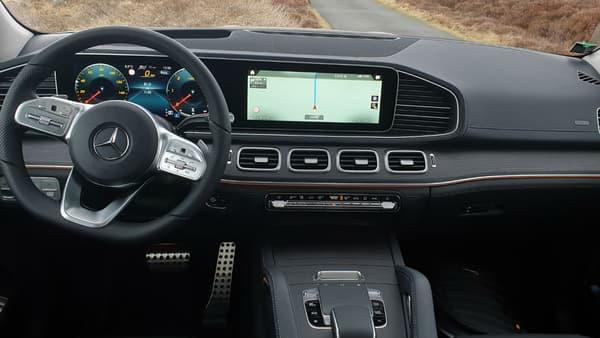 Le GLE accueille la nouvelle interface de Mercedes. On peut également accéder aux différentes fonctions via le pavé tactile de la console centrale, grâce aux raccourcis sur le volant ou encore via la reconnaissance vocale.