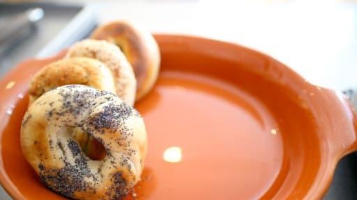 Un bagel aux graines de pavot- Image d'illustration