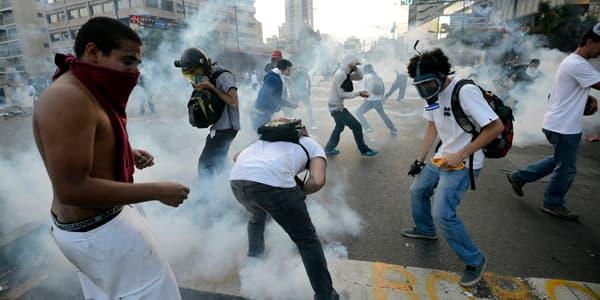 Des manifestants reçoivent du gaz lacrymogène, le 22 février, à Caracas.