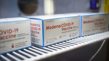 Des boîtes de doses du vaccin Moderna contre le coronavirus, le 25 janvier 2021 à Los Angeles