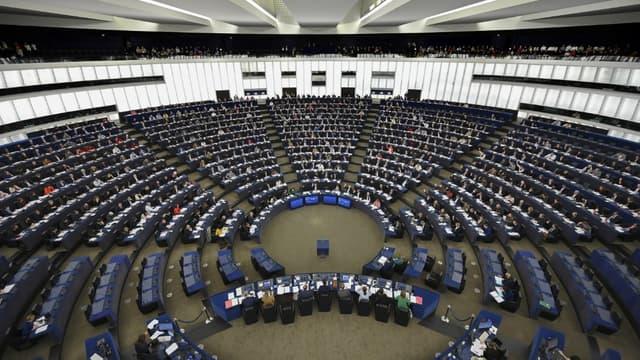 Les membres du Parlement Européen lors d'un vote en session plénière, à Strasbourg, le 28 novembre 2019