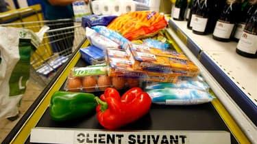 Les prix à la consommation en France ont légèrement reculé en mai, de 0,1% sur un mois, montrent les statistiques publiées mercredi par l'Insee. Sur un an, l'inflation ressort à 2,0%. /Photo d'archives/REUTERS/Eric Gaillard