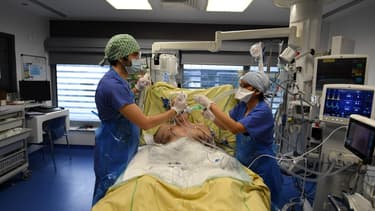 Des membres du personnel médical à l'hôpital Tenon à Paris le 26 janvier 2021.