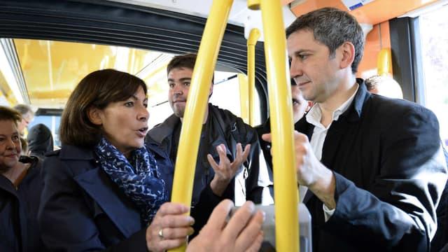 L'adjoint chargé aux Transports à la mairie de ParisChristophe Najdovski (à droite), au côté d'Anne Hidalgo, dans les transports en commun en avril 2014.